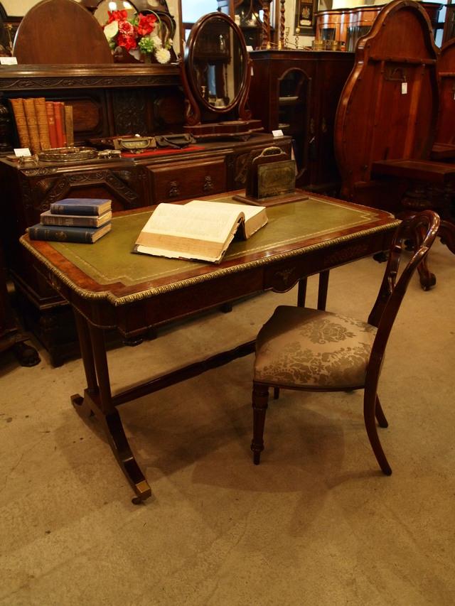 desk290303_01.JPG